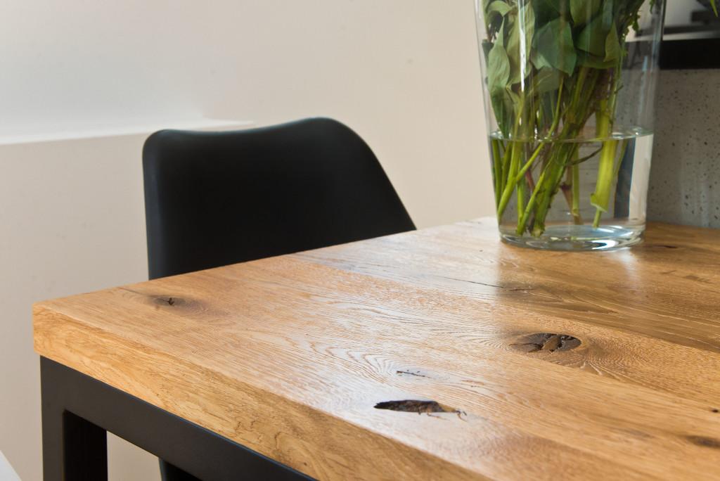 Drewniany stół daje wkuchni ciepło